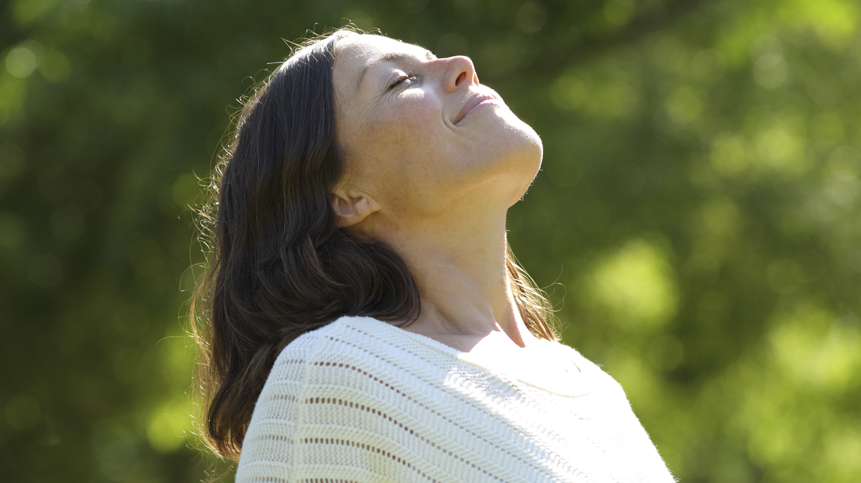 Pigmentflecken: Frau mittleren Alters genießt die Sonne